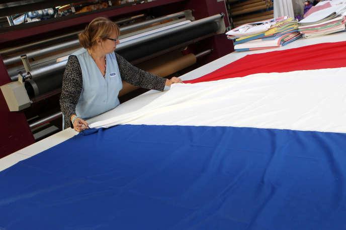 A Avelin, dans le Nord, l'entreprise Doublet fabrique des drapeaux français.