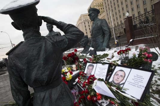 Des photos de militaires russes, victimes de l'armée turque, exposées devant le ministère de la défense, à Moscou, le 26 novembre 2015.
