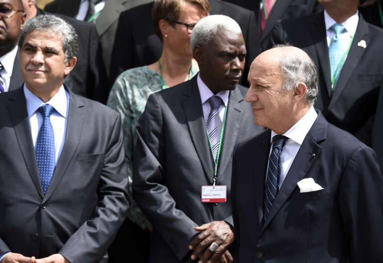 Le ministre égyptien de l'environnement Khaled Fahmy avec le chef de la diplomatie française Laurent Fabius, le 21 juillet 2015, à Paris.