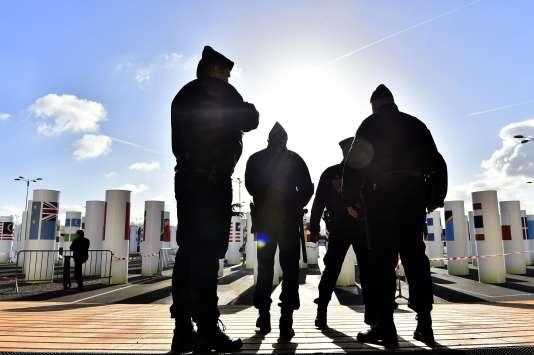 Bernard Cazeneuve, le ministre de l'intérieur, a rappelé jeudi26novembre que l'état d'urgence n'était «pas l'abandon de l'Etat de droit, parce que l'Etat de droit le prévoit».