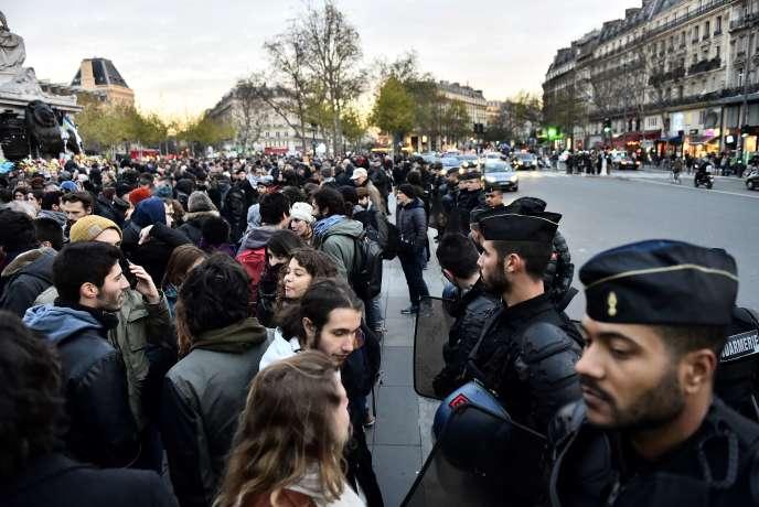 Des manifestants réunis place de la République, le 22 novembre, malgré l'interdiction de la préfecture.