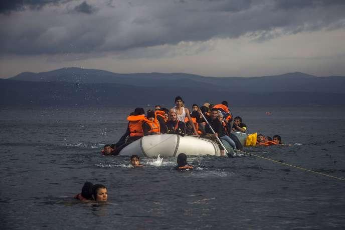 Des réfugiés au large de l'île grecque de Lesbos, mercredi 25novembre.