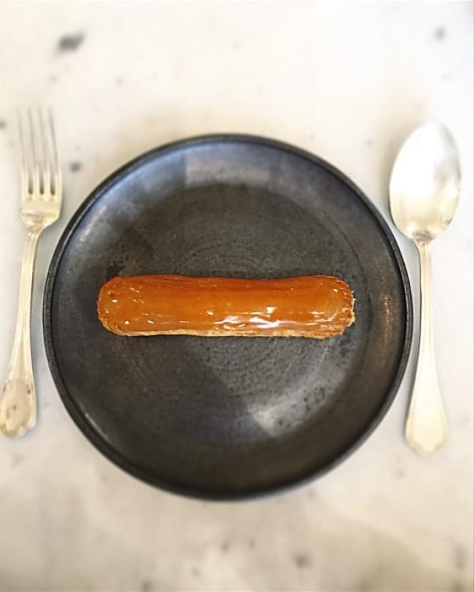 L'éclair caramel beurre salé que Cyril Lignac propose dans sa pâtisserie du 11e arrondissement de Paris..