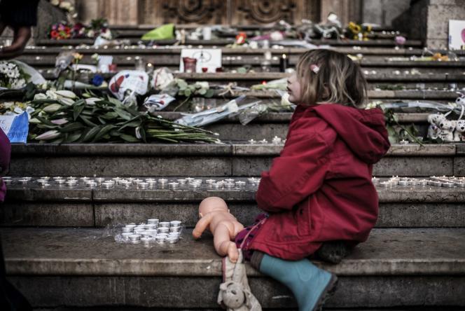 Une petite fille allume des bougies en souvenir des victimes des attentats de Paris, à Lyon le 15 novembre 2015.