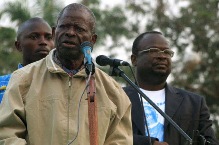 Bernard Kolélas et son fils, Guy Brice Parfait dans la ville congolaise de Kinkala, en juin 2007.