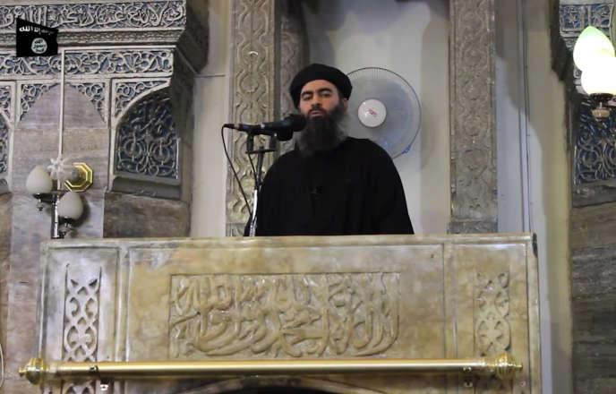 Abou Bakr al-Baghdadi s'adresse aux fidèles musulmans dans une mosquée de la ville de Mossoul.