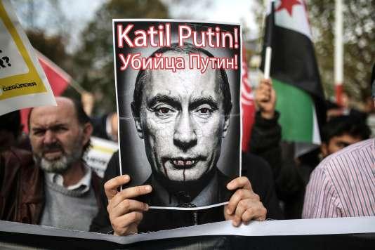 """Un homme porte une photo où est écrit """"Poutine, assassin"""" à Istanbul."""