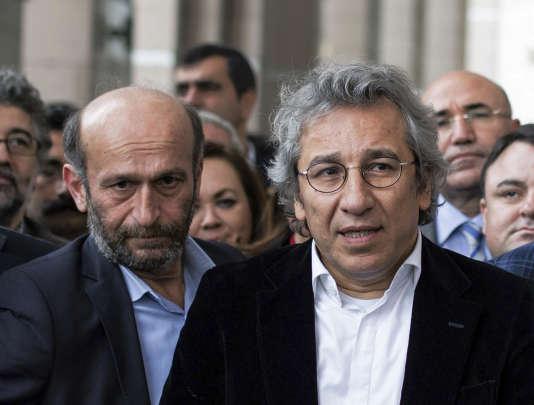 """Erdem Gül (à gauche) et Can Dündar, le rédacteur en chef du quotidien turc  """"Cumhuriyet"""", à la sortie du tribunal à Istanbul, jeudi 26 novembre."""