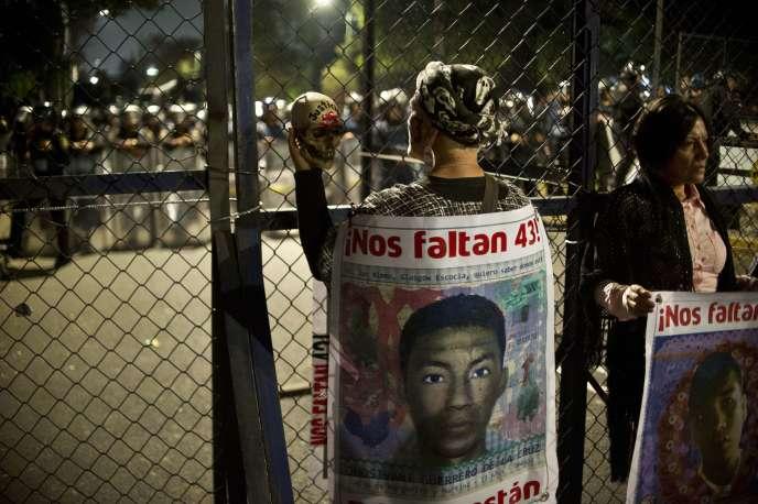 Lors d'un rassemblement pour demander justice pour les 43 étudiants d'Ayotzinapa, à Mexico, en novembre 2015.