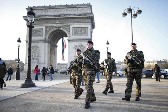 Des soldats patrouillent à Paris, dans le cadre de de l'opération