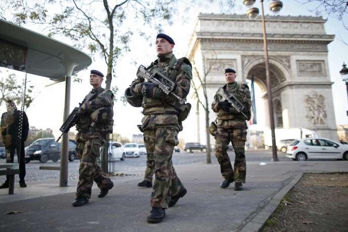 Une patrouille militaire devant l'Arc de Triomphe, le 27 novembre 2015 à Paris.