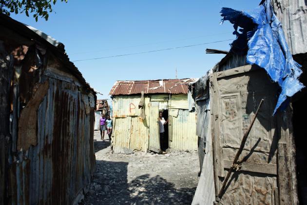 Haïti, Port-au-Prince. Le bidonville de Cité Soleil, surpeuplé ( 400 000 habitants) et ravagé par la violence et considéré comme l'un des endroits les plus dangereux de la planète. L'absence d'activité économique place les habitants encore en deçà du seuil de pauvreté. Le changement climatique et la déforestation ont réduit les terres agricoles et contraint les migrants environnementaux à se déplacer vers les villes.