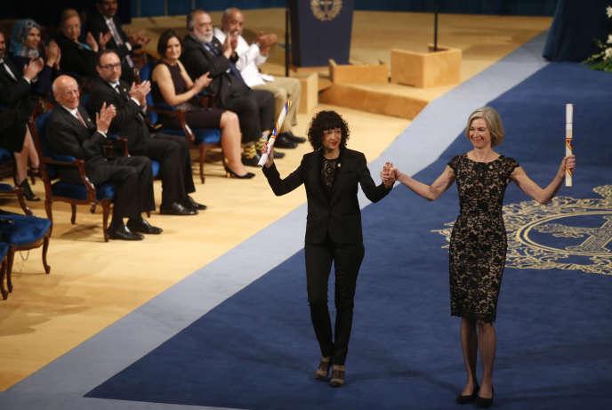 Les généticiennes Emmanuelle Charpentier (à gauche) et Jennifer Doudna,  lors de la remise du prix Princesse des Asturies, en octobre 2015, à Oviedo, en Espagne.