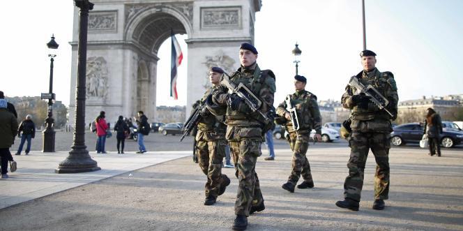 Des soldats de l'opération «Sentinelle», devant l'Arc de triomphe, à Paris, le27novembre 2015.
