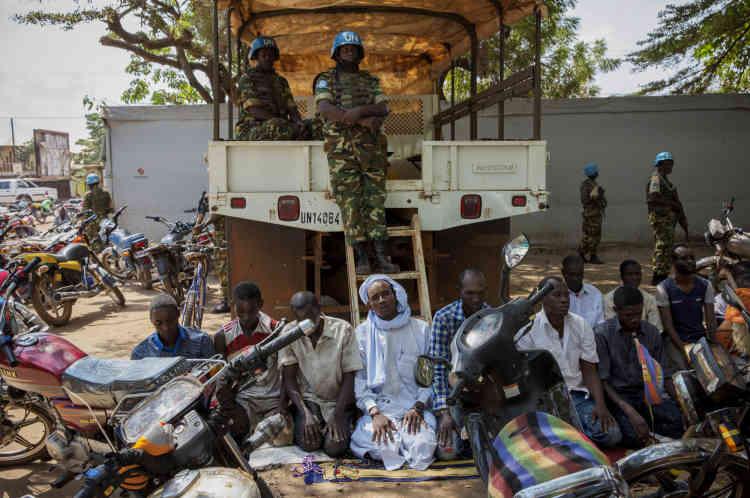 Bangui, le 28 novembre, des musulmans prient à la mosquée centrale de Bangui pour la grande prière du vendredi. Le site, qui abrite plusieurs milliers de déplacés fuyant les violences, est sous haute protection de la Minusca.