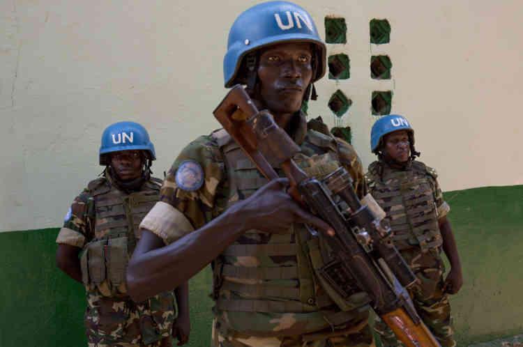 Bangui,  le 28 novembre, des soldats burundais de la Minusca assurent la sécurité de la mosquée centrale de Bangui, en Centrafrique, pour la grande prière du vendredi.