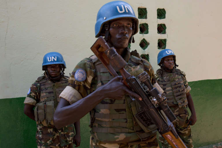 Des soldats Burundais de la MINUSCA, qui assurent la sécurité de la mosquée centrale de Bangui, en Centrafrique.