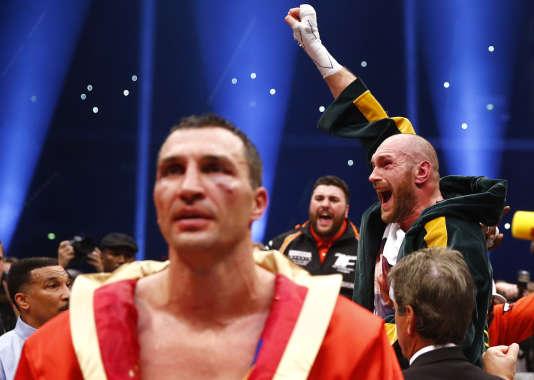 Tyson Fury (à l'arrière plan) Vladimir Klitschko à l'issue du match, samedi 28 novembre à Düsseldorf.