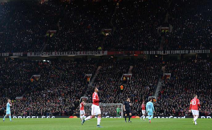 Le 25 novembre 2015, les supporters du match Manchester United contre PSV Eindhoven utilisent leurs téléphones portables pour un hommage lumineux à l'ancien footballeur George Best.