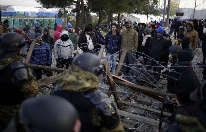 Des tensions sont apparues, samedi 28 novembre, à la frontière entre la Macédoine et la Grèce, entre migrants et policiers.