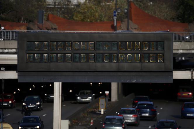 «Dimanche + lundi, évitez de circuler» affiché sur un panneau du périphérique à Paris, la veille de l'ouverture de la COP21.