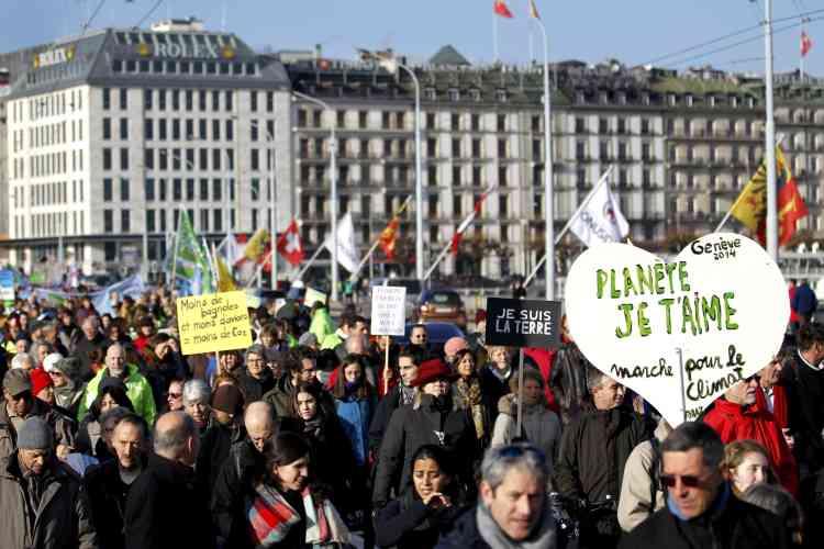 """""""Planète je t'aime"""", peut-on lire sur une pancarte en forme de cœur brandie à Genève, le 28 novembre."""