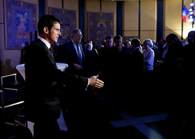 À l'hôtel de ville d'Evry le 27 novembre 2015. Manuel Valls echange avec les essonniens, apres les attentats de Paris et de Saint Denis.