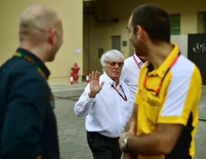 Le promoteur de la F1 Bernie Ecclestone (au centre) dans les paddoks du circuit d'Abou Dhabi, salue le directeur général de Renault Sport F1 Cyril Abiteboul (à droite), le 28 novembre.