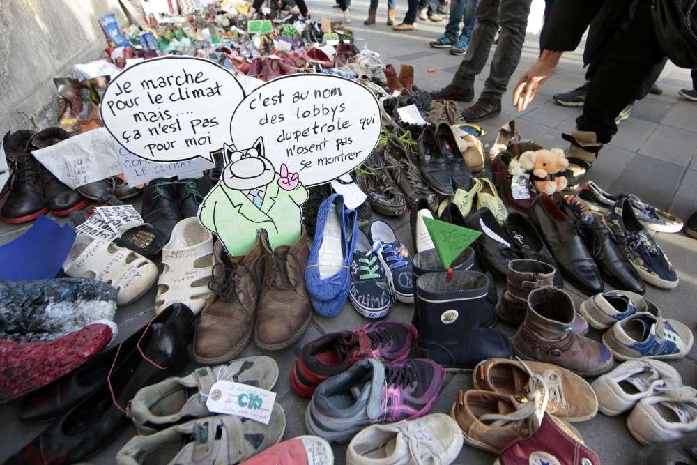 A Paris, alors que les manifestations sont interdites, plusieurs milliers de chaussures ont recouvert dimanche matin la place de la République, d'où devait partir la marche pour le climat.