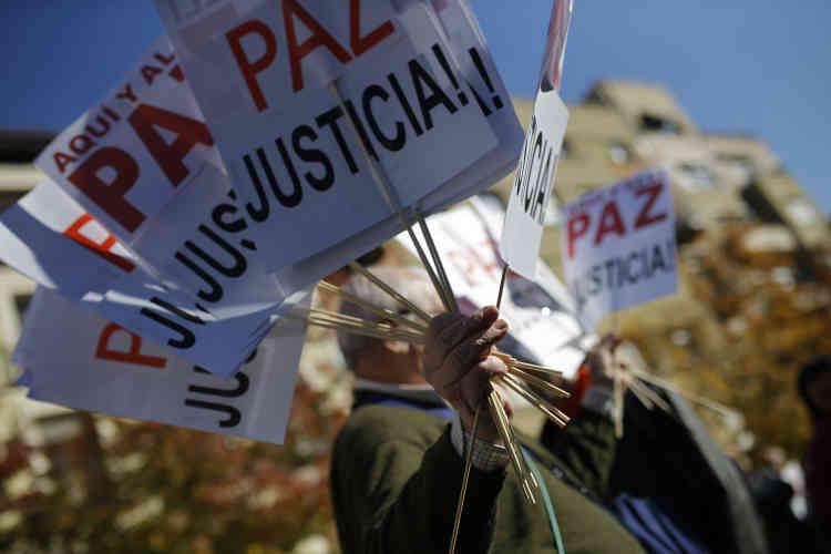"""""""Non à la guerre"""", ont clamé les manifestants réunis devant le musée Reina Sofia à Madrid, à midi."""