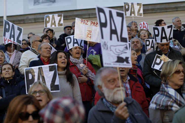 En Espagne, plusieurs milliers de personnes ont également manifesté à Madrid pour la même raison, alors que le chef du gouvernement, Mariano Rajoy, assurait une nouvelle fois qu'il ne prendrait aucune décision précipitée.