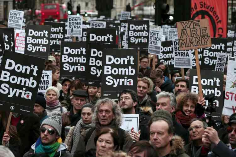 Une manifestation contre d'éventuelles frappes britanniques en Syrie a rassemblé 5 000 personnes à Londres, samedi 28 novembre.