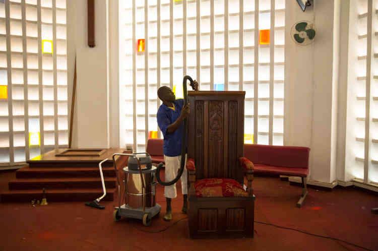Bangui, le 28 novembre, derniers préparatifs à la cathédrale de Bangui.