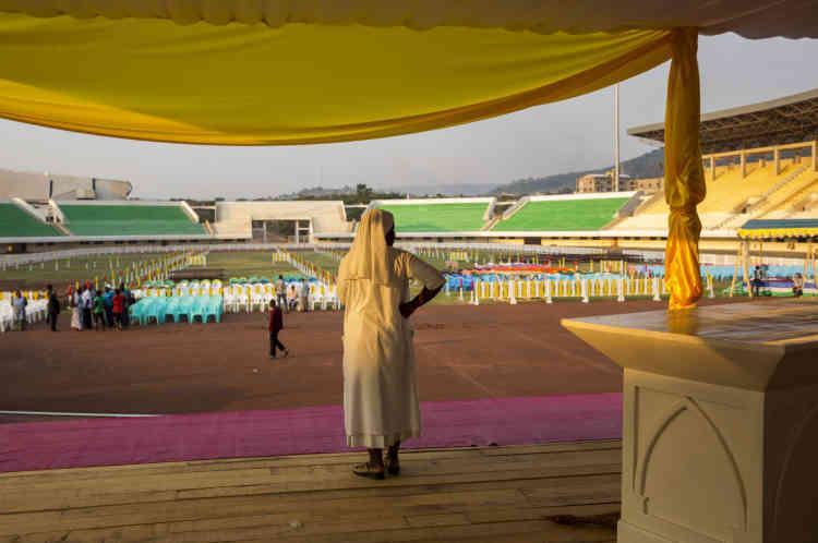 Bangui, le 28 novembre, une soeur se tient sur un autel  en construction, lors de la préparation du stade de Bangui.