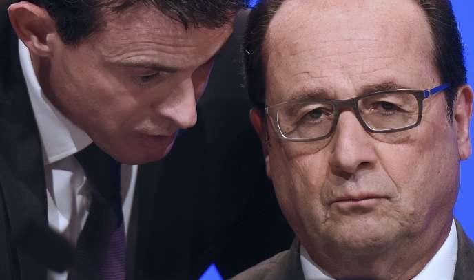 Le premier ministre, Manuel Valls, parle au président de la République, François Hollande, le 18 novembre pendant un meeting avec les maires de France.