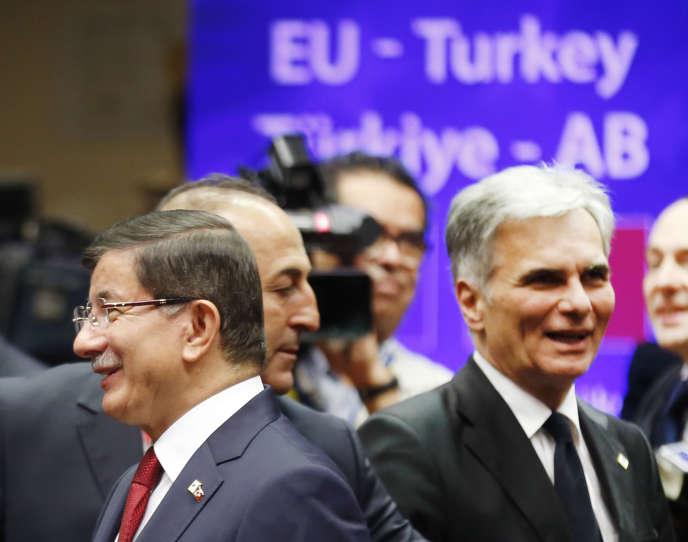 Le premier ministre turc Ahmet Davutoglu et le chancelier autrichien Werner Faymann à Bruxelles, le 29 novembre.