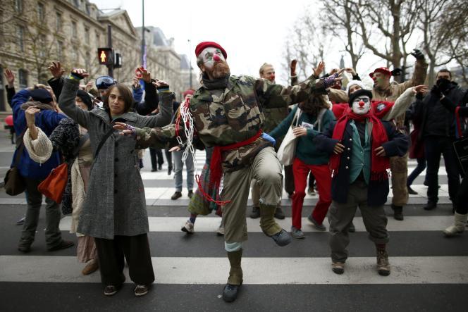 Des militants écologistes manifestent place de la République le 29 novembre.