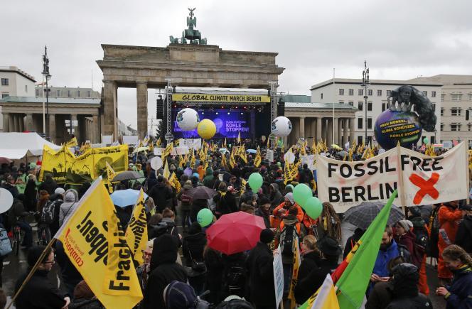 Entre 10 000 (selon la police) et 17 000 personnes (selon les organisateurs) ont participé à la marche pour le climat à Berlin, dimanche.