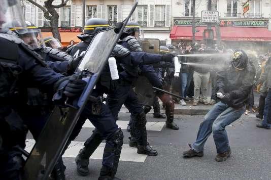 La police s'en prend à un manifestant après l'annulation de la marche pour le climat le 29 novembre 2015 place de la République à Paris.
