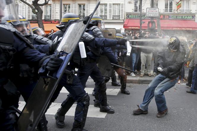 Des affrontements ont opposé la police à des manifestants, dimanche 29 novembre, place de la République à Paris.