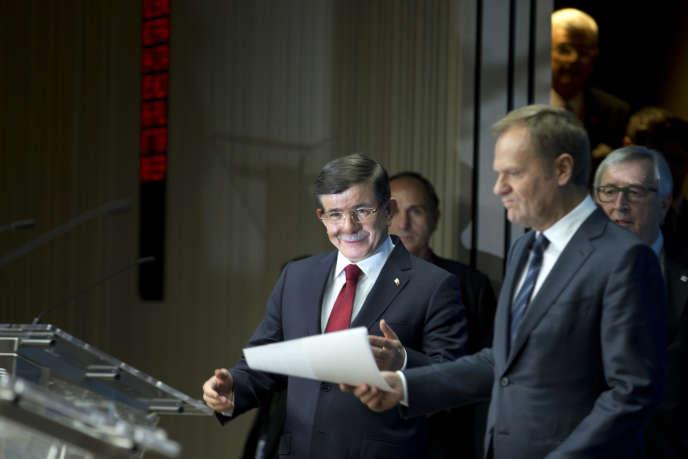 Le premier ministre turc Ahmet Davutoglu, le président du Conseil européen, Donald Tusk, et le président de la Commission européenne, Jean-Claude Juncker, dimanche 29 novembre, à Bruxelles.