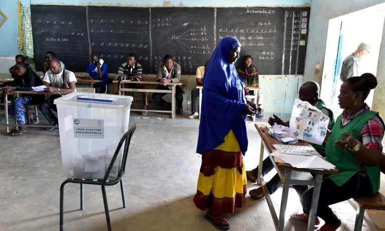 Dans un bureau de vote, à Ouagadougou, le 29 novembre.