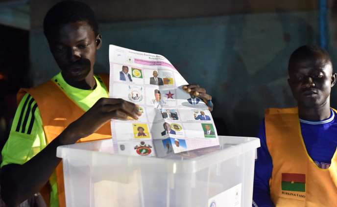 Dans un bureau de vote de Ouagadougou, au Burkina Faso, le 29 novembre 2015, pendant le dépouillement de la dernière élection présidentielle.