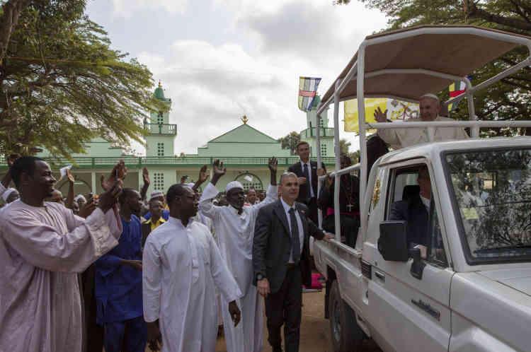 Bangui, le 30 novembre.  Le Pape à la sortie de la mosquée centrale de Bangui.