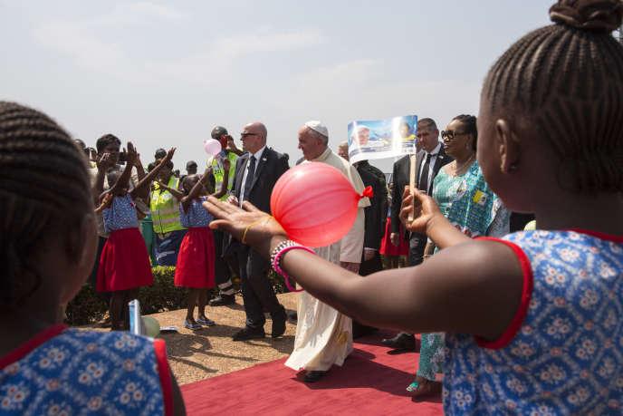Le pape François salue la foule sur le tarmac de l'aéroport de Bangui (Centrafrique) , le 29 novembre 2015.