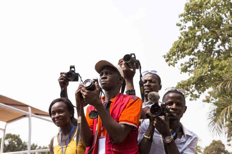 Bangui, le 29 novembre, des journalistes centrafricains attendent l'arrivée du pape au centre Saint-Sauveur qui accueille près de 4 000 déplacés ayant fuit les violences.