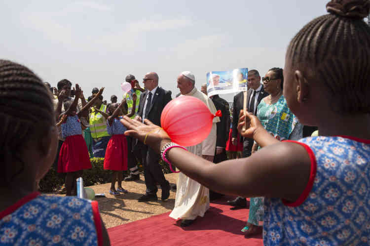 Bangui, le 29 novembre, le pape François salue la foule sur le tarmac de l'aéroport de Bangui.