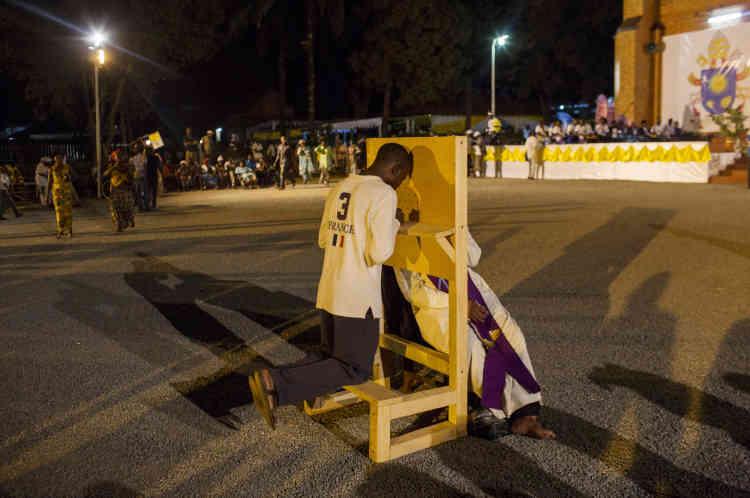 Bangui, le 29 novembre, après la messe papale, des Centrafricains se font confesser sur la parvis de la cathédrale de Bangui.