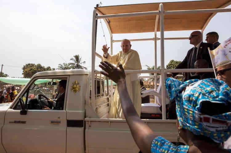 Bangui,  le 29 novembre, le pape salue la foule dans les rues de Bangui.