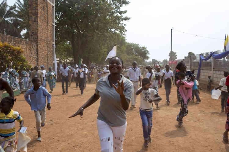 Bangui, le 29 novembre, des Centrafricains courent après le cortège papal dans les rues de Bangui.